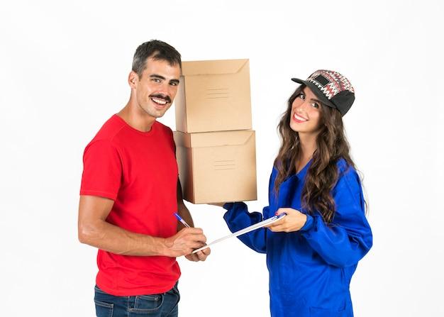 Jeune livreuse avec des boîtes