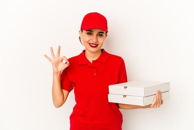 Jeune livreuse de pizza arabe maigre choquée, elle s'est souvenue d'une réunion importante.