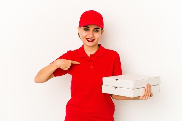 Jeune livreuse de pizza arabe maigre levant le poing après une victoire, concept gagnant.