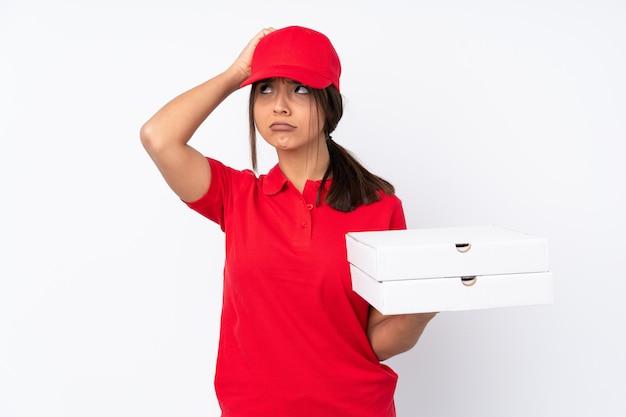 Jeune livreuse de pizza ayant des doutes en se grattant la tête