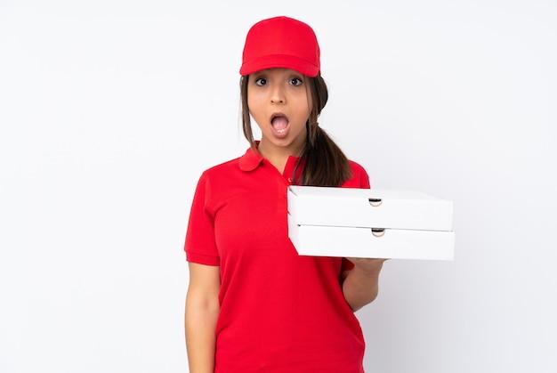 Jeune livreuse de pizza avec une expression faciale surprise