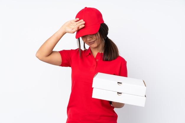 Jeune livreuse de pizza sur fond blanc isolé avec une expression fatiguée et malade