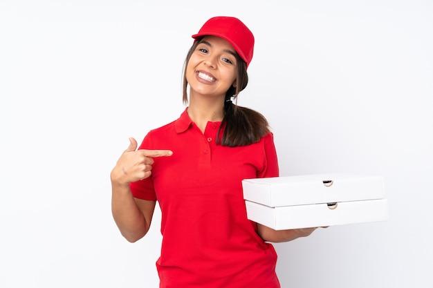 Jeune livreuse de pizza sur fond blanc isolé fier et satisfait de soi