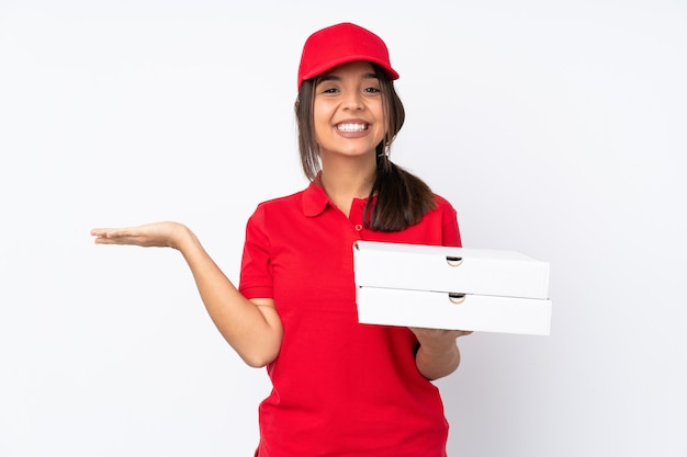 Jeune livreuse de pizza isolée