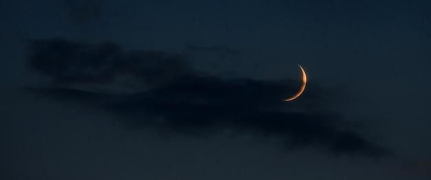 Jeune lune sur un espace de copie de ciel nocturne sombre