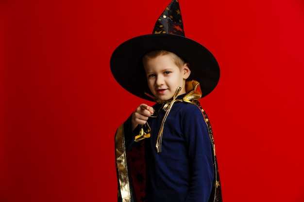 Jeune magicien effectuant un tour