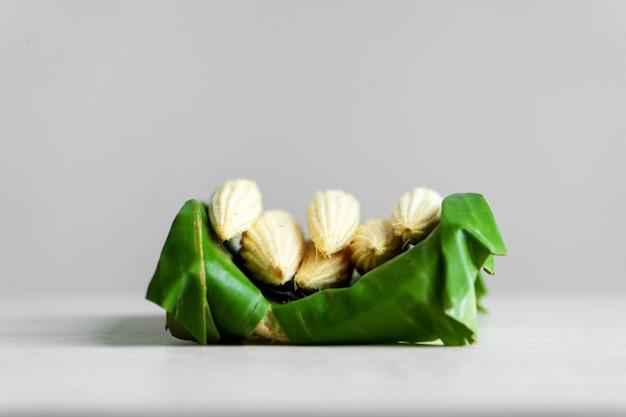 Jeune maïs dans une feuille de bananier. emballage écologique