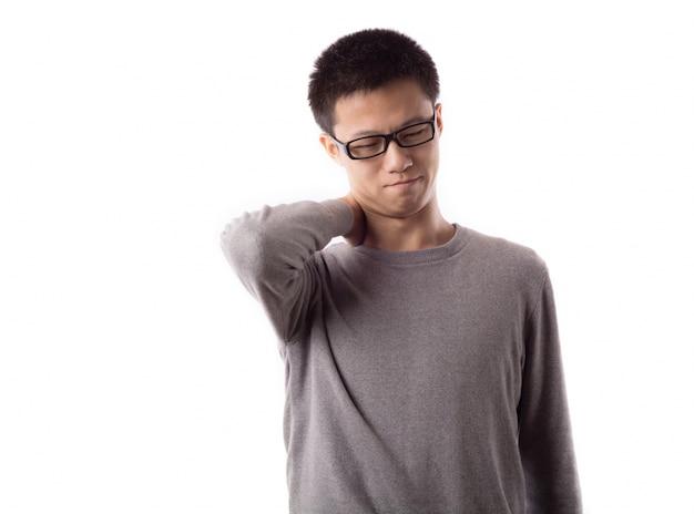 Jeune mâle debout moderne confiant
