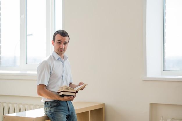 Jeune, mâle, étudiant, lecture, livres, classe, salon