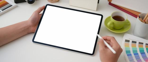 Jeune, mâle, graphiste, dessin, blanc, écran, tablette, stylet, stylo