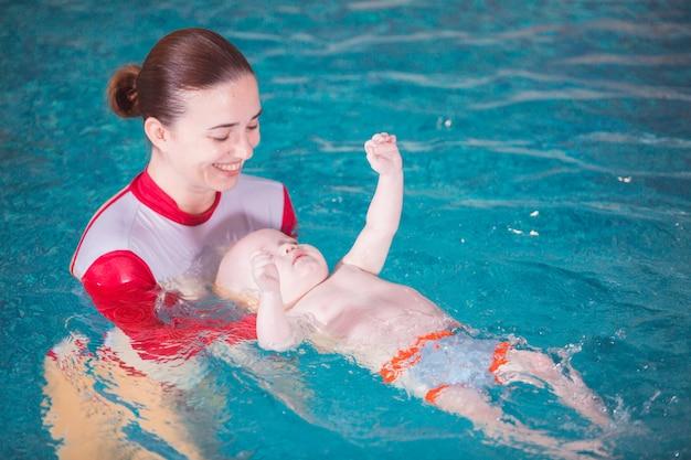 Jeune maman apprend à son enfant à nager