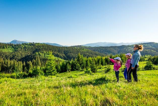 Jeune maman et deux petites filles voyageurs