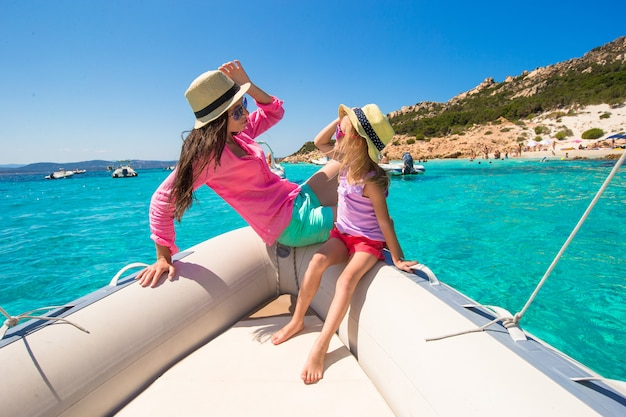 Jeune maman avec une fille adorable profiter de vacances en bateau