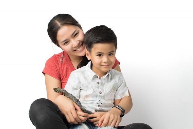 Jeune maman et un jeune garçon