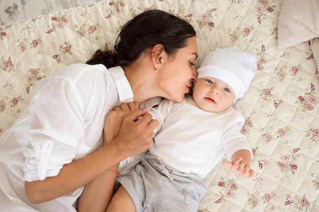 Jeune maman joue avec son bébé