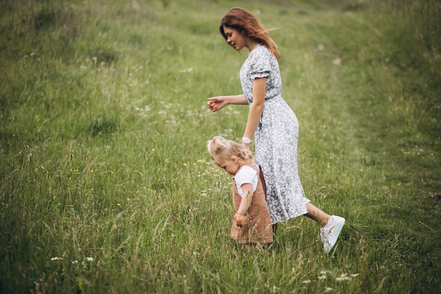 Jeune maman avec petite fille dans le parc