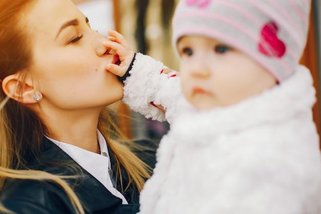 Jeune maman avec petite fille