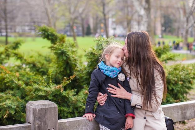 Jeune maman et sa fille se promener dans central park