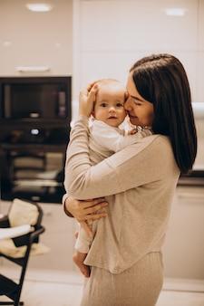 Jeune maman avec sa petite fille à la maison