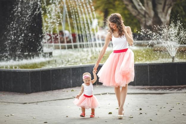 Jeune maman séduisante avec sa petite fille à l'extérieur. maman et fille.