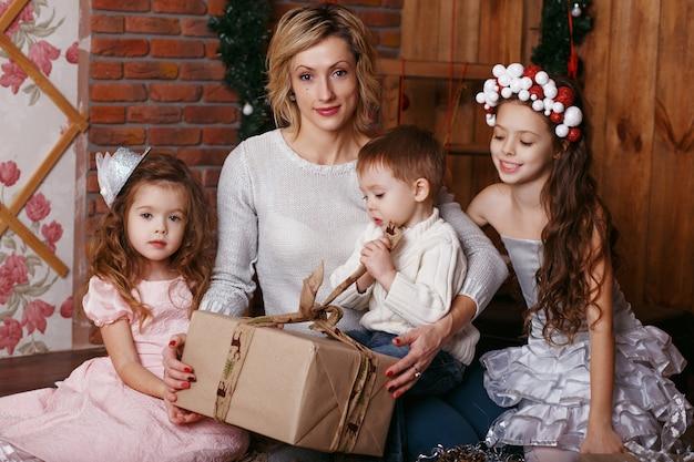 Jeune maman et ses trois petits enfants