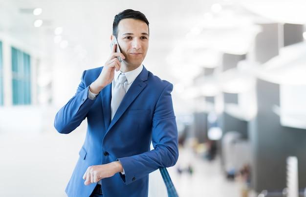 Jeune manager au téléphone