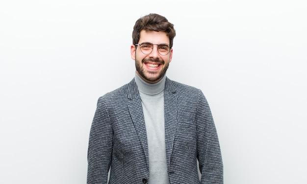 Jeune manager ayant l'air heureux et maladroit, avec un large sourire amusant et loufoque et des yeux grand mur blanc