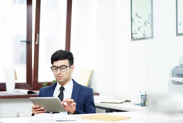 Jeune manager enveloppé dans le travail