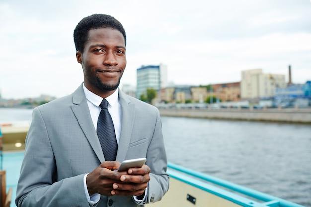Jeune manager sur le pont supérieur