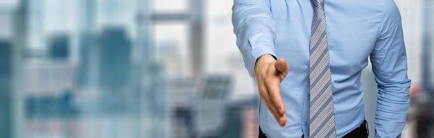 Jeune manager vous donnant une poignée de main