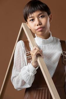 Jeune mannequin asiatique posant dans des vêtements d'automne