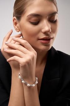 Jeune mannequin brune démontrant des bijoux
