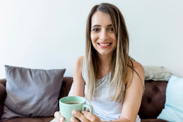Jeune mannequin buvant un café