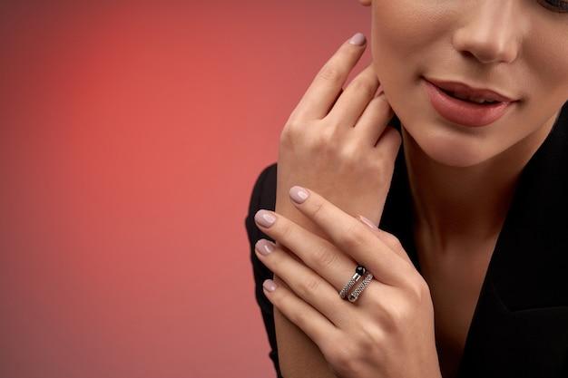 Jeune mannequin démontrant des bijoux coûteux