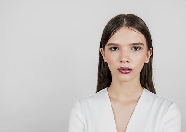 Jeune mannequin avec espace copie