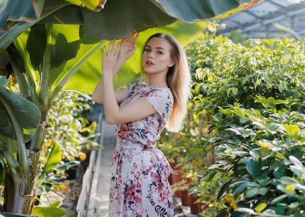 Jeune mannequin avec robe à fleurs posant