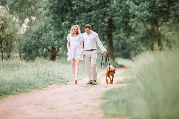 Jeune mari et femme parlent du temps de marcher dans le parc