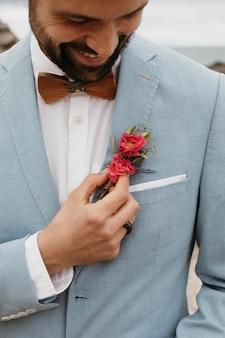 Jeune marié en costume bleu