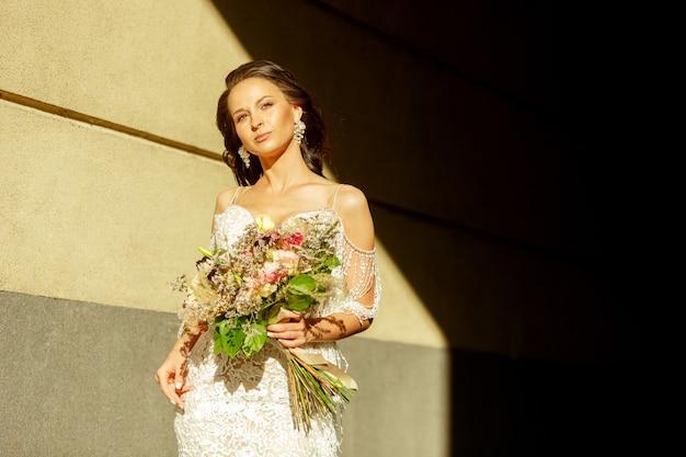 Jeune marié romantique caucasien célébrant le mariage en ville.