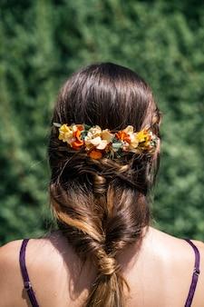 Jeune mariée aux cheveux blonds belle coiffure et belle couronne de fleurs naturelles