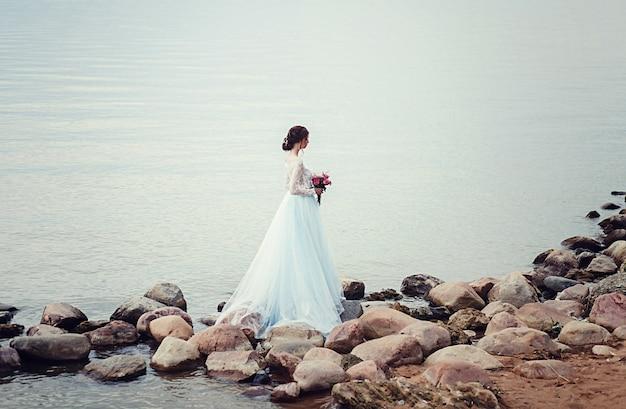 Jeune mariée avec bouquet