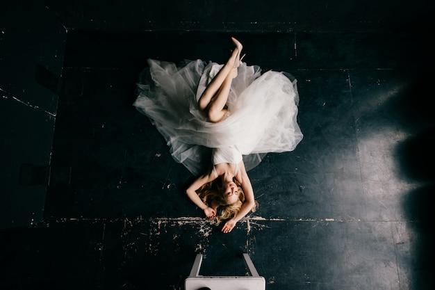 Jeune mariée dans une robe blanche