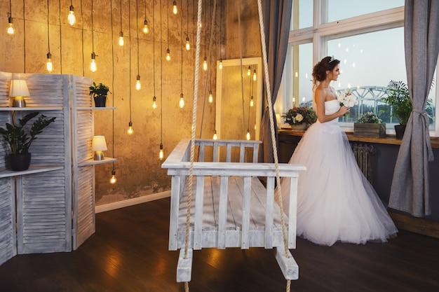 Jeune mariée heureuse portant une belle robe luxuriante