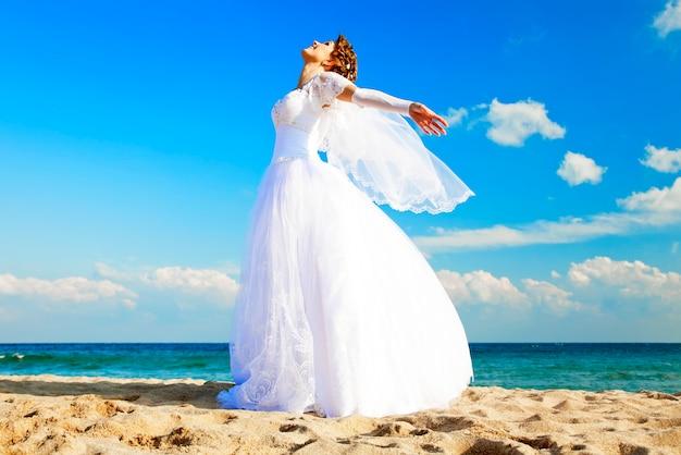 Jeune mariée sur la plage