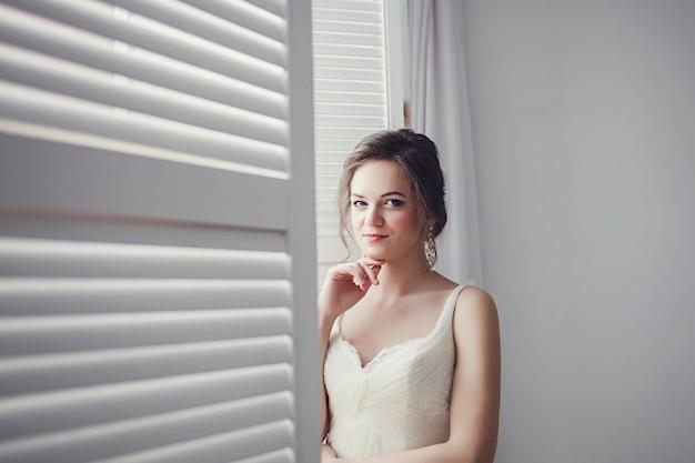 Jeune mariée en robe de mariée
