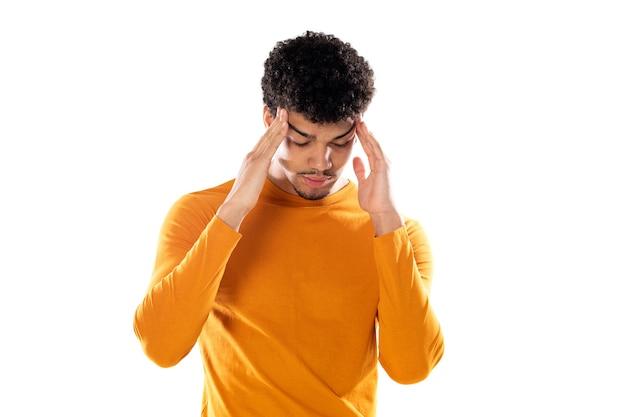Jeune mec afro touchant les tempes et ayant mal à la tête.