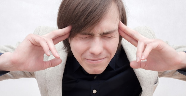 Jeune mec avec mal de tête.