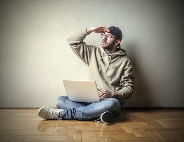 Jeune mec avec un ordinateur portable