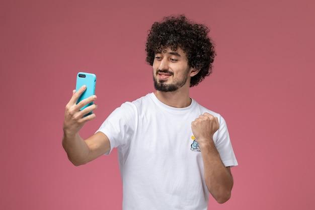 Jeune mec prenant une célébration selfie