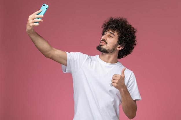 Jeune mec prenant un selfie heureux